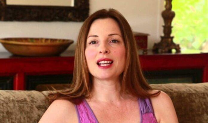 A professora Julie Mellor testemunha seu encontro com Jesus. (Foto: Reprodução / God Reports)