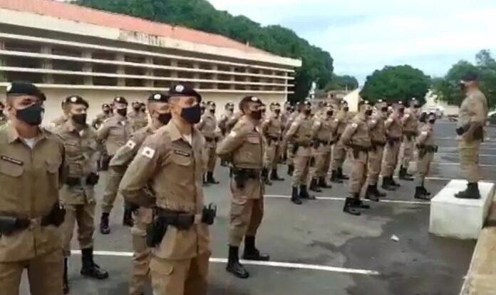 Sargento durante ordem-unida na 11ª Companhia PM, em Montes Claros. (Foto: Reprodução / O Estado de Minas)