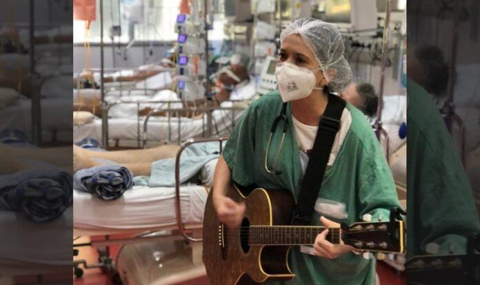Médica Brunna Falluh toca para pacientes na UTI em hospital de São Paulo. (Foto: Divulgação)