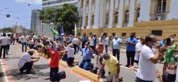 Protesto de líderes evangélicos no Palácio Campo das Princesas, no Centro do Recife, contra decreto que fecha igrejas por causa da Covid-19