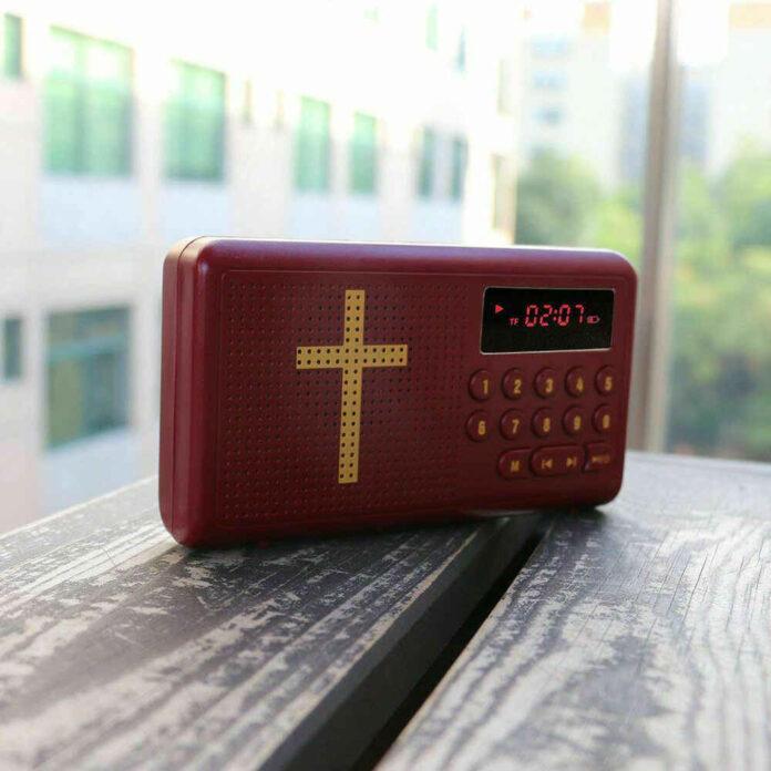 Cristãos sem acesso a materiais, ouvem a Bíblia em áudio.