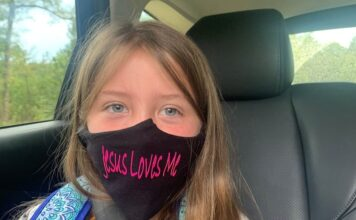 "Lydia Booth e sua máscara ""Jesus me ama"". (Foto: Alliance Defending Freedom)."
