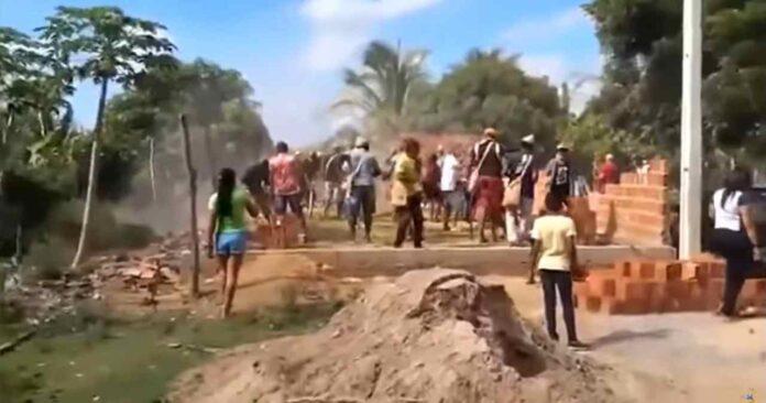 Índios derrubam paredes de uma Assembleia de Deus em construção em Cabrobó (PE)
