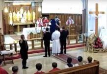 """Políciais entraram na igreja e encerraram a missa da Sexta-Feira Santa por """"aglomeração"""" em Londres (Foto: Reprodução)"""