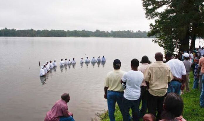 Imagem ilustrativa de batismo no Lake Providence, na Luisiana.