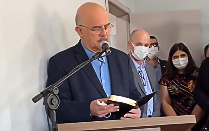 Ministro da Educação, Milton Ribeiro, durante visita a creche onde uma chacina matou cinco pessoas.