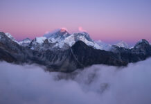 Cume do monte Everest coberto de neve sob as nuvens brancas (Foto: Freepick)