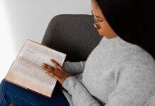 Mulher lendo a Bíblia (Imagem: freepick)