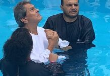 Roberto Jefferson, ex-deputado federal, se batiza na igreja Assembleia de Deus no RJ