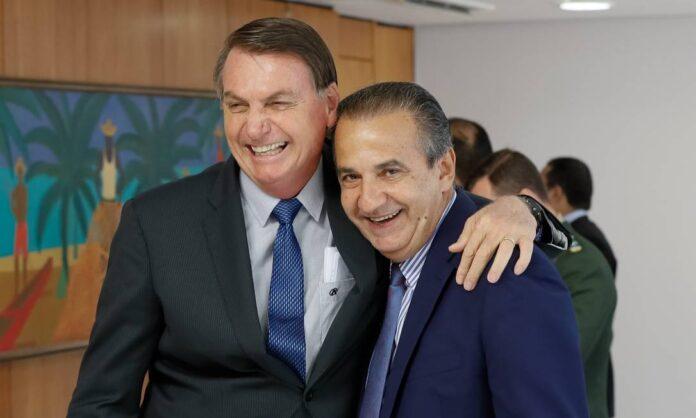 Silas Malafaia abraçado com o presidente Jair Bolsonaro