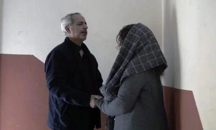 Taher orando com sua esposa no Irã