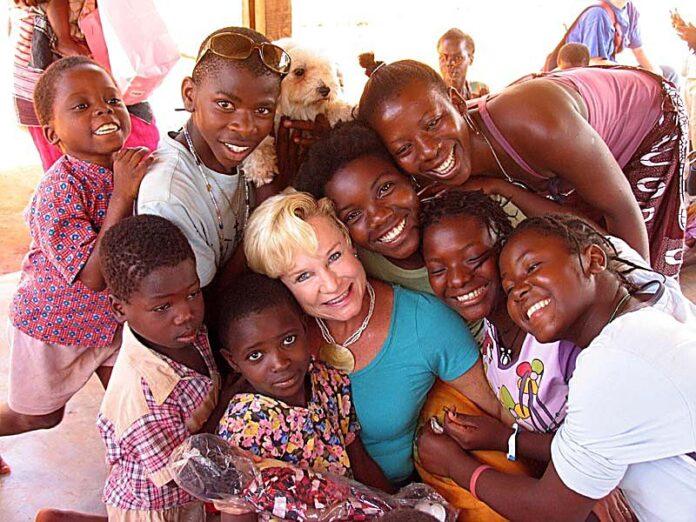 Missionária Heidi Baker cercada por crianças, em Moçambique