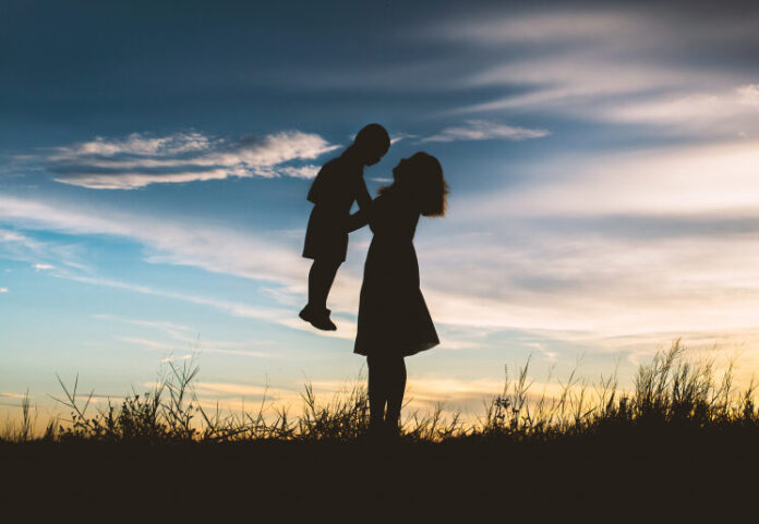 Mãe com o filho nos braços (silhueta)