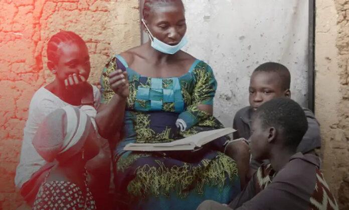 Mãe com uma Bíblia ensinando a Palavra de Deus para os filhos