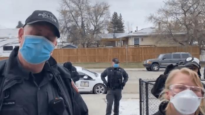 Polícias na frente da igreja do pastor Artur Pawlowski, no Canadá