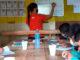 Missionária dando aula para crianças da comunidade Axinim, em Nova Olinda do Norte, no Amazonas (Foto: Junta de Missões Nacionais)