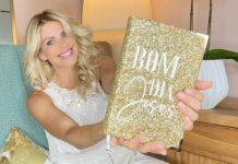 Karina Bacchi segura uma Bíblia personalizada. (Foto: Instagram)