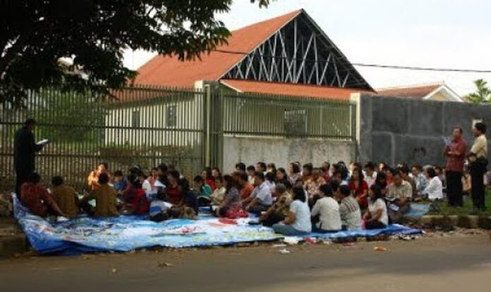A disputa entre a igreja e a cidade tornou-se uma das negações mais conhecidas da liberdade religiosa na Indonésia. (Foto: Claire Harbage / NPR)