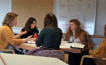 Grupo de discussão de uma conferência Cross-Current para jovens profissionais. (Foto: Site da Cross-Current)