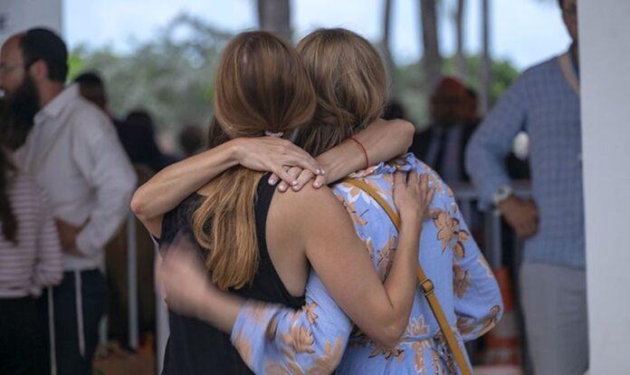 Moradores do do edifício de condomínio Champlain Towers South, em Miami, se abraçam após desabamento. (Foto: Billy Graham Association).