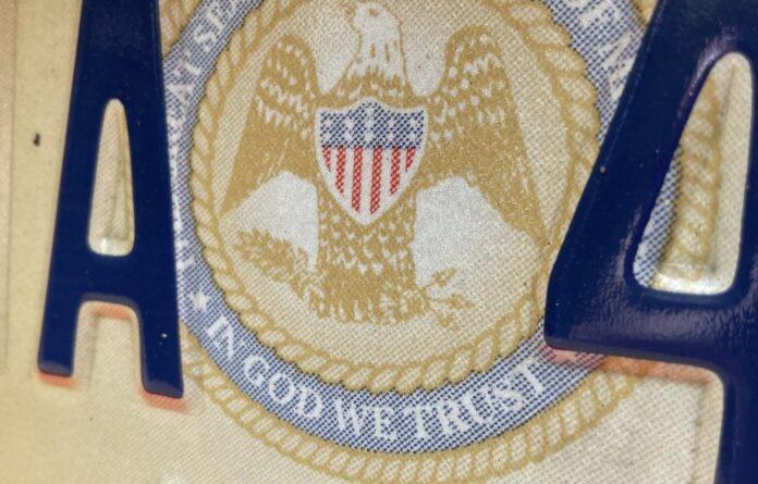 """Placa de carros no Mississippi tem a frase """"In God We Trust"""" (Em Deus Nós Confiamos)."""