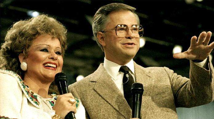 Casal Tammy Faye Bakker e Jim Bakker pregavam a teologia da prosperidade.