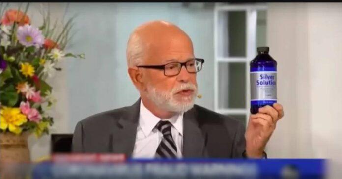 Pastor Jim Bakker mostrando o produto Solução de Prata (Reprodução)