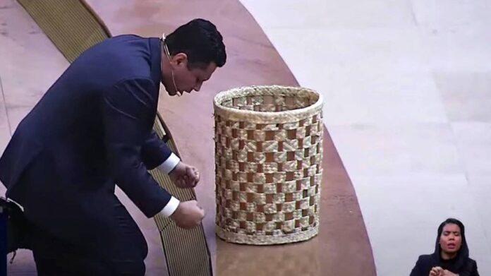 Renato Cardoso pede doações em cesto no púlpito do Templo de Salamão (Reprodução/Youtube)