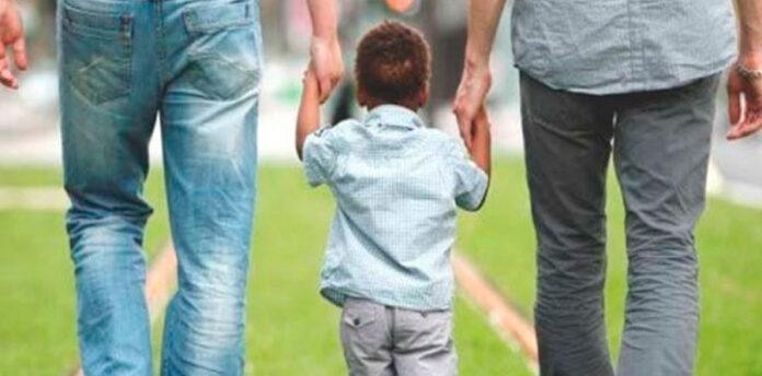 Dois homens com um menino (Foto Representativa)