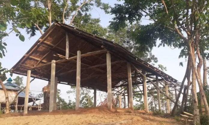 A igreja na tribo Mru, o único edifício da área, começou a ser levantada, mas a construção foi interrompida em Bangladesh