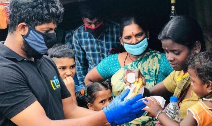 Voluntários distribuem alimentos na Índia