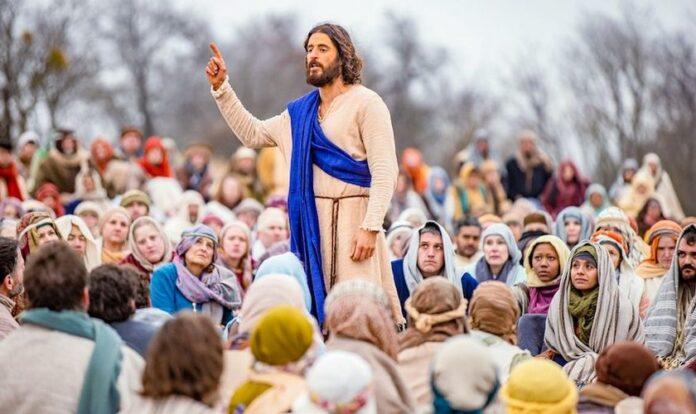 """Jesus, interpretado pelo ator Jonathan Roumie, faz um sermão para milhares de seguidores no final da 2ª temporada de """"The Chosen""""."""