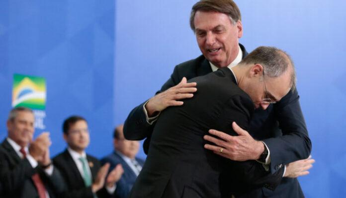 André Mendonça abraça Jair Bolsonaro durante sua posse como Ministro da Justiça, em abril de 2020