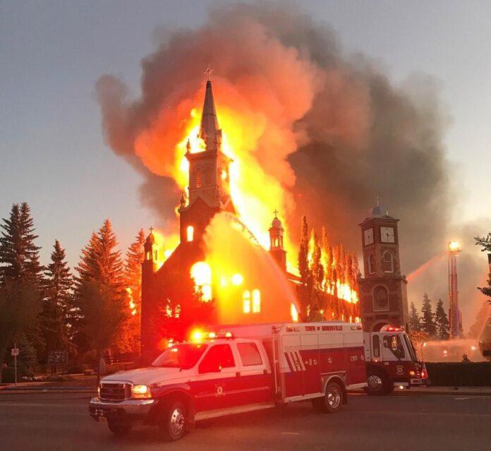 Fogo destrói Igreja Católica no Canadá