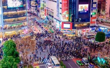 Cruzamento Shibuya é a famosa faixa de pedestres em Tóquio, Japão.