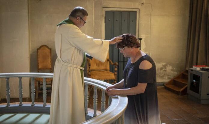 Elin Stillingen, um homem biológico, foi reconhecido pela igreja luterana da Noruega como uma mulher.
