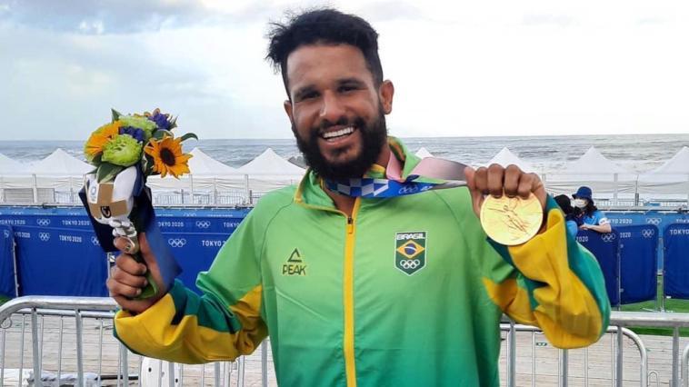 Italo Ferreira comemora ouro olímpico no surfe - Foto: Reprodução