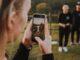 Jovem com celular tirando foto de amigos (Foto: ilustração)