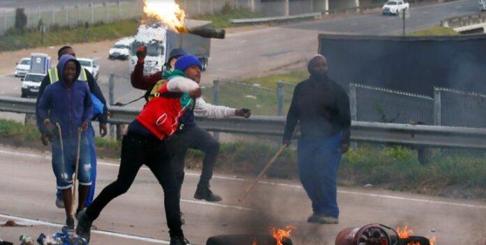 Manifestantes protestam com violência contra prisão do ex-líder sul-africano Jacob Zuma (Foto: Reprodução/Redes Sociais)