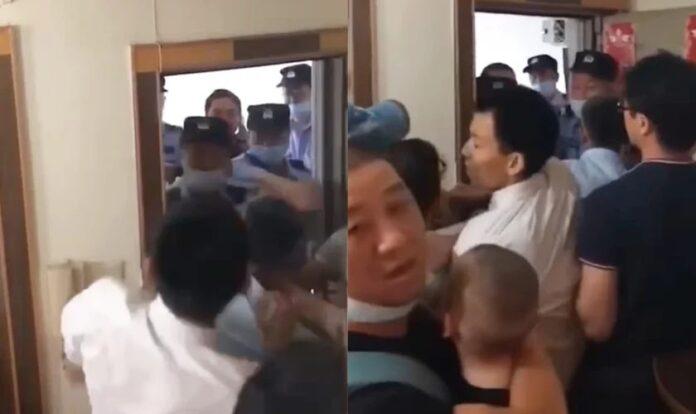 Autoridades invadem culto na China (Foto: Reprodução/Facebook).