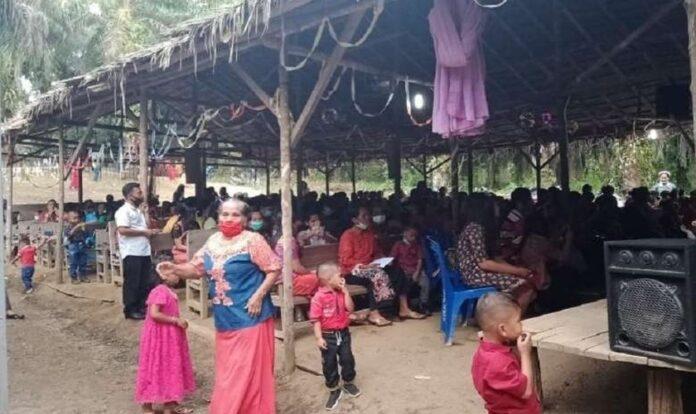 Protestantes adoram sob um abrigo coberto com folhas de palmeira no distrito de Aceh Singkil (Foto: Reprodução)