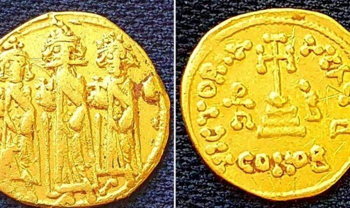 A moeda de ouro que foi desenterrada durante a escavação. (Foto: Amir Gorzalczany-Autoridade de Antiguidades de Israel)
