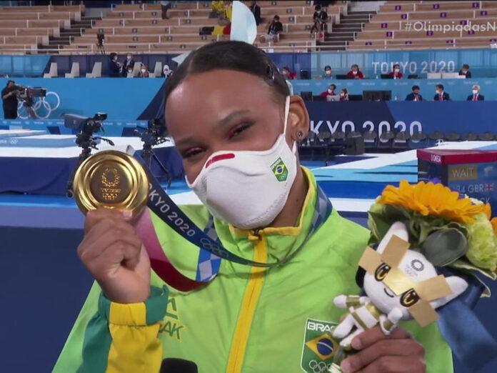 Rebeca Andrade mostra a medalha de ouro conquistada nas Olimpíadas de Tóquio