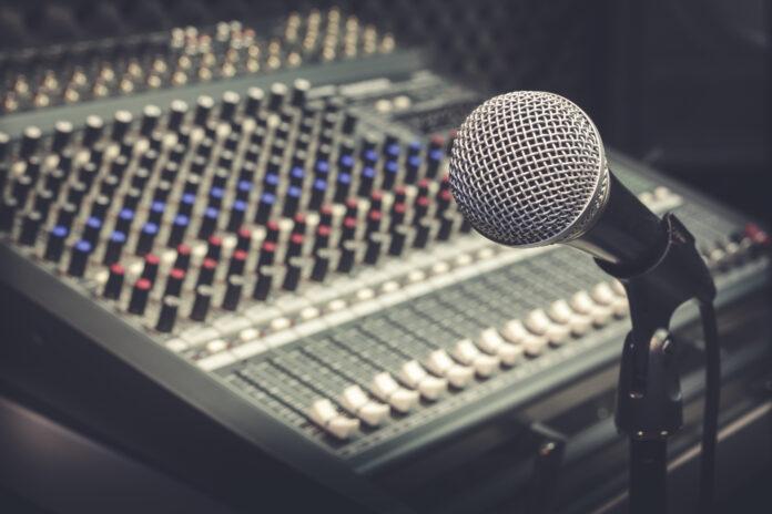 Microfone e mesa de som de uma rádio (Foto ilustrativa)
