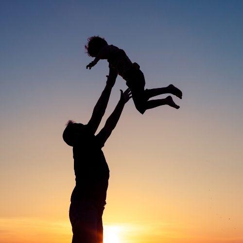 Pai joga filho para o alto. (Foto ilustrativa)