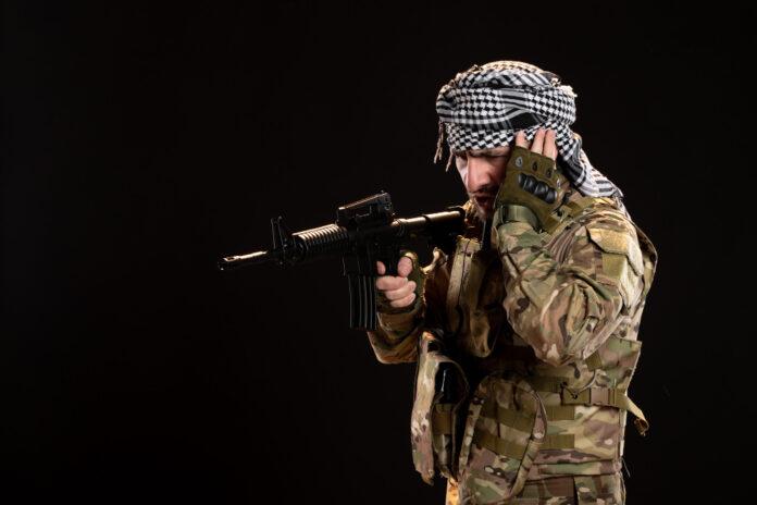 Soldado camuflado com uma metralhadora (foto: reprodução)