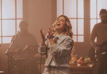 """Aline Barros interpretando a música """"Imensurável"""" (Foto: Divulgação)"""