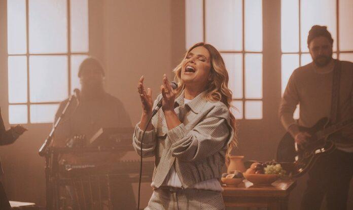 Aline Barros interpretando a música
