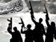Integrantes do Talibã comemorando ao lado da bandeira do grupo terrorista. (Foto: Montagem - Folha Gospel)