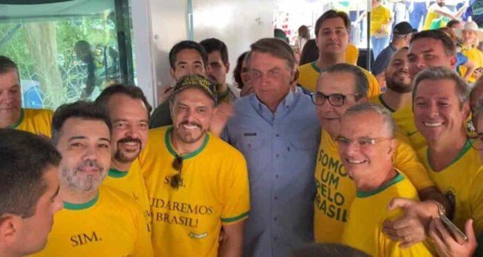 Líderes evangélicos com Bolsonaro durante atos a favor do presidente na Avenida Paulista (Reprodução)